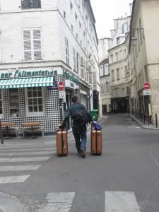 Escenas como esta son tan comunes que Carlos bautizó a Paris como La Ciudad de las Maletas