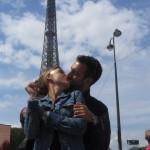 No faltó el beso en Paris