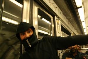 Ania prefirió taparse al estilo ninja para no oler