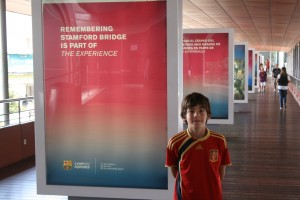 Felíz en el recorrido... y fijense en las camisetas que trae Calus a partir de la visita al Camp Nou