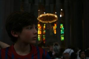 Con el altar de fondo