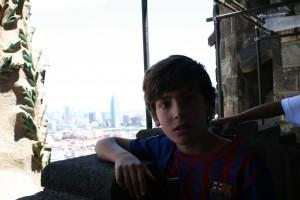 Entre las dos torres con Barcelona detrás